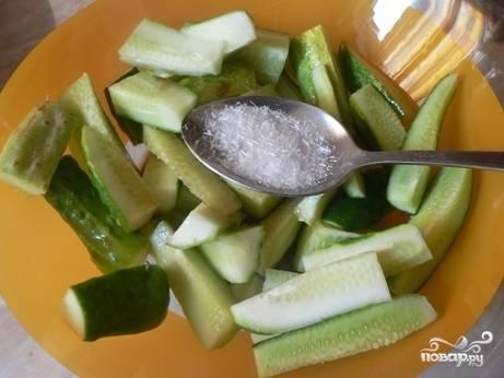 Посолить, посыпать сахаром, влить соевый соус и перемешать.