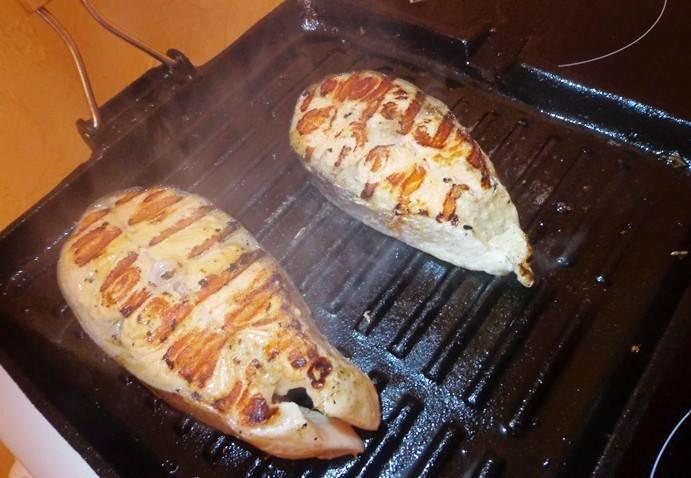 2. Пускай рыба постоит в холодильнике 20 минут. Затем достаем, смазываем растительным маслом с двух сторон - и на сковороду, лучше всего на сковородку-гриль.