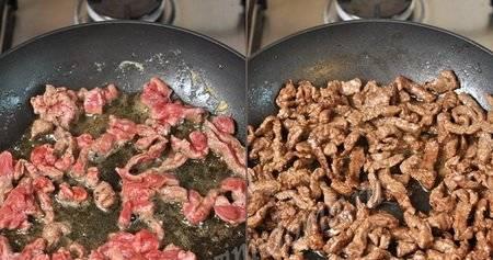 6. Теперь жарим мясо. Говядину лучше обжаривать на небольшом количестве маргарина, но можно использовать и растительное масло.