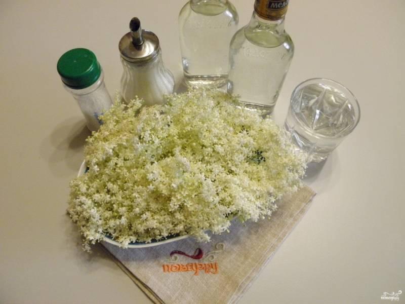 Приготовьте по списку необходимые ингредиенты. Вместо водки можно использовать домашний продукт - самогон, очищенный и пригодный для питья.