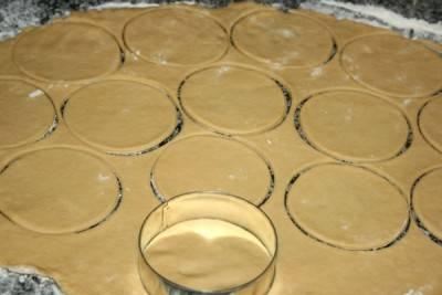 Раскатайте тесто и формочкой вырежите кружочки.