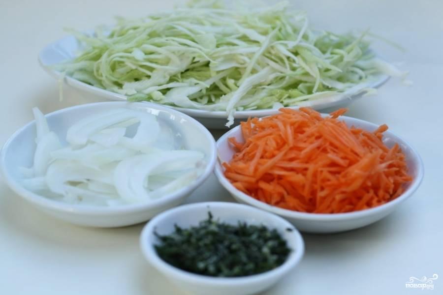 2. Через 10 минут добавьте в салат сахар и лимонный сок и снова перемешайте. Нарежьте стружкой морковь, лук - полукольцами, измельчите петрушку и укроп.