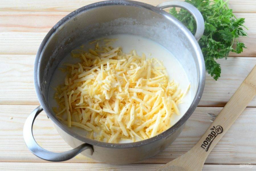 Когда соус будет готов, добавьте натертый на крупной терке сыр, энергично перемешайте, чтобы сыр равномерно распределился и растаял.