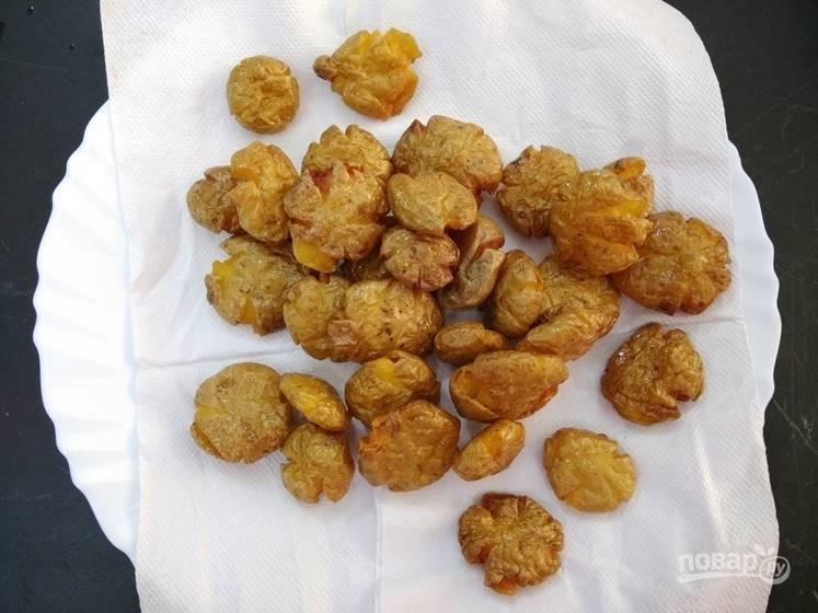 7. Положите картофель на бумажные полотенца, чтобы лишний жир впитался.