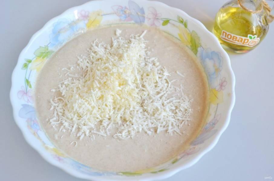 5. Всыпьте тертый сыр, добавьте чеснок. Перемешайте.