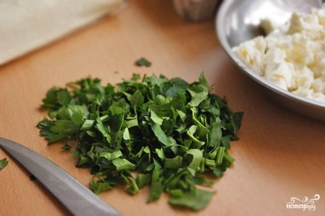 2. Шинкуем мелко петрушку, отдельно нарезаем сыр.