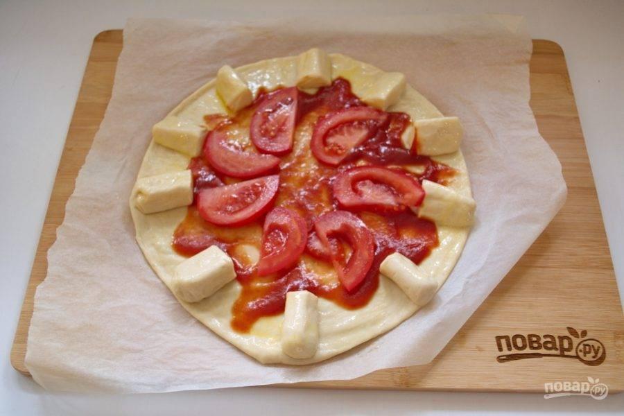 Свежий помидор нарежьте на пластинки и выложите на пиццу.