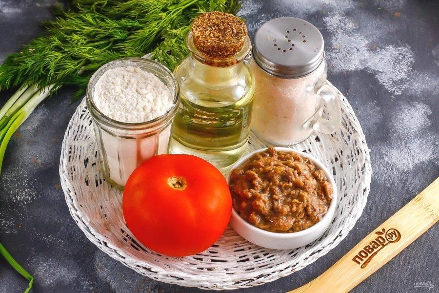 Подготовьте указанные ингредиенты. Вскройте консервы и выложите в пиалу мякоть тунца, отцеживая ее от масла.