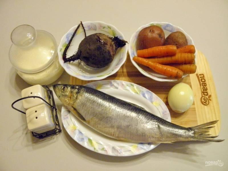 Подготовьте продукты. Отварите овощи в разной посуде до готовности, картофель —  20 минут, морковь —  40 минут, свеклу —  1 час. Очистите луковицу. Селедку разберите на филе, снимите кожу, удалите голову, хребет и кишки. Максимально удалите косточки и порежьте ее на кусочки.