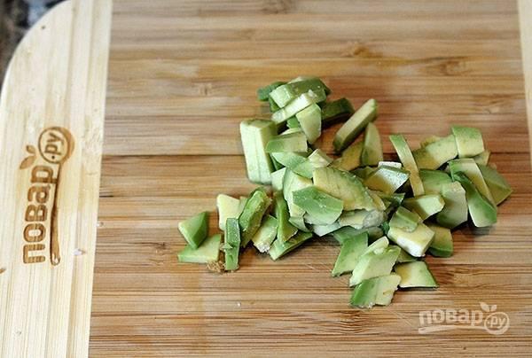Авокадо нарежьте мелким кубком.