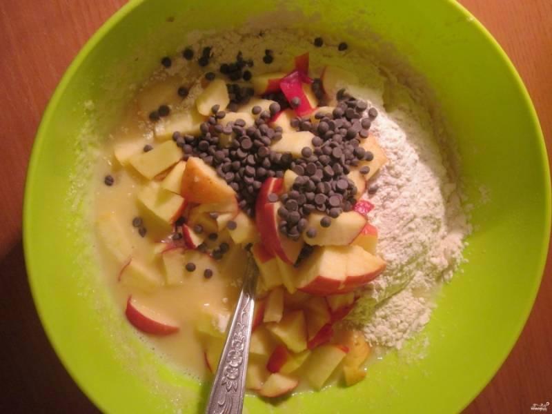 Потом в смесь добавьте муку, разрыхлитель (или соду не погашенную), а также ванилин и начинку. В качестве начинки: яблоки, порезанные некрупно, и шоколадная крошка.
