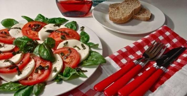 Поливаем закуску смесью оливкового масла с чесноком и специями. Подаем на стол! Приятного аппетита!