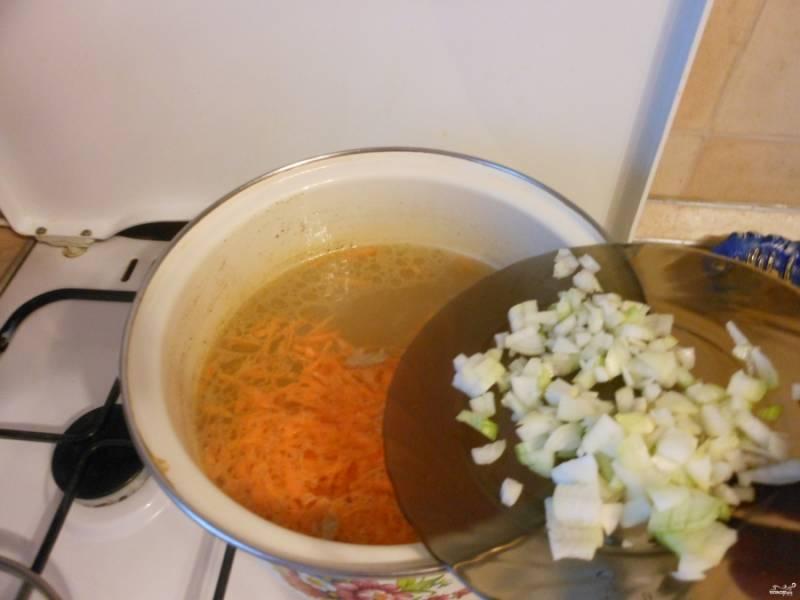 Лук порежьте небольшими кубиками, добавьте его к морковке в бульон. Проварите вместе минут 5.