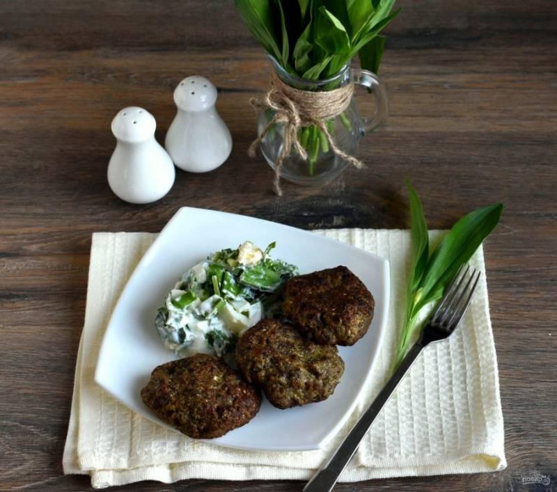 Подавайте котлеты сразу же, с пылу с жару! На гарнир отлично подойдет салат из черемши с яйцом и сметаной.