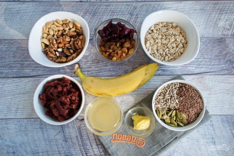 Подготовьте ингредиенты. Овсяные хлопья и семена прогрейте на сухой сковороде до появления орехового запаха.