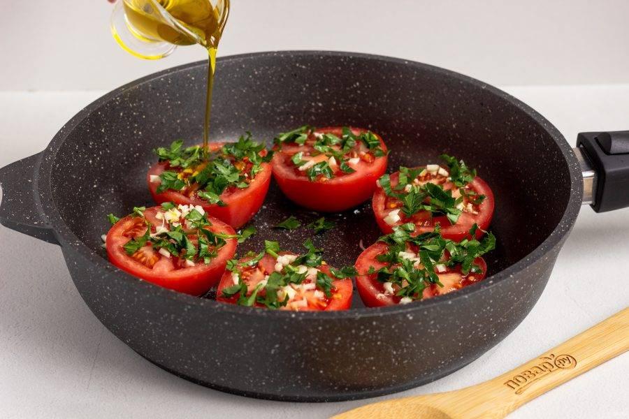 Сбрызните каждую половинку оливковым маслом и поставьте на огонь. Когда масло на дне раскалится - накройте крышкой, сделайте средний огонь.