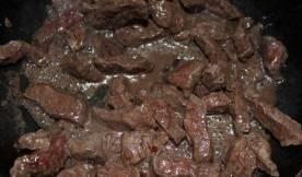 Мясо жарим около 10 минут, помешивая. Соль по вкусу.