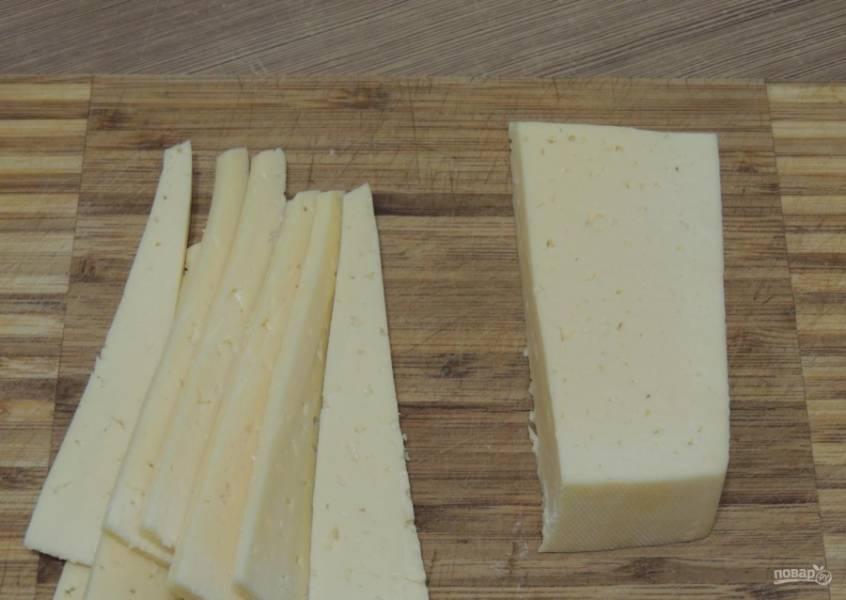 3.Твердый сыр нарезаю таким же кусочками, как и колбаску.