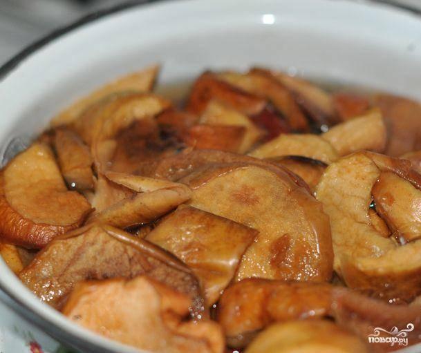Кипятим литр воды, когда вода закипит - кладем в нее сушеные яблоки. Варим яблоки 10 минут.
