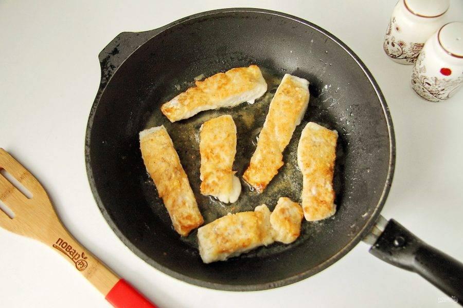 Обжарьте судака с двух сторон до румяной корочки.