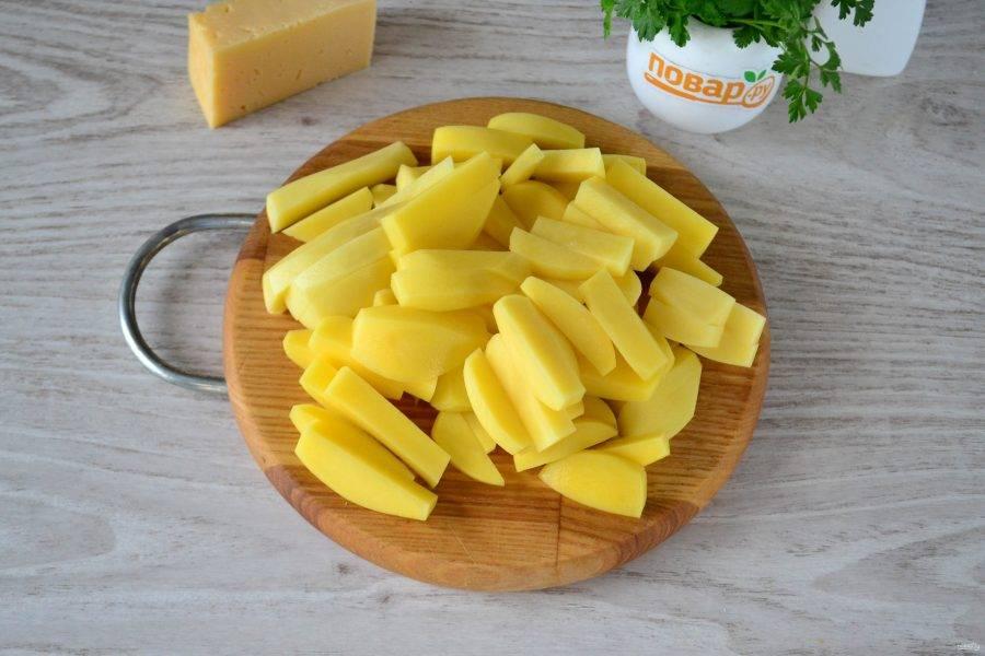 Картофель порежьте брусочками.
