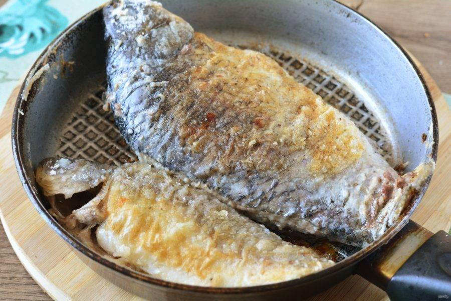 Обжаривайте рыбу с двух сторон 8-10 минут до золотистой корочки.