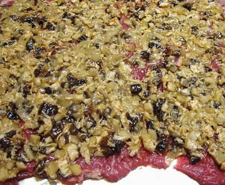 2. Обязательно посолите немного, добавьте специи по вкусу. В данном случае для начинки используются обжаренные с луком грибочки, отварная куриная грудка и немного чернослива для пикантности.