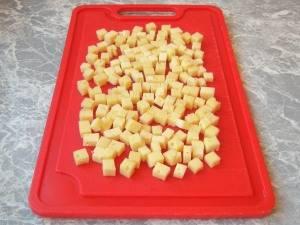 Сыр нарезаем небольшими кубиками.