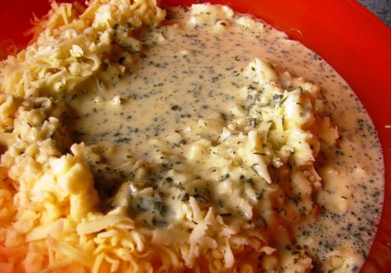 Потрите и соедините с кефирной смесью сыр.