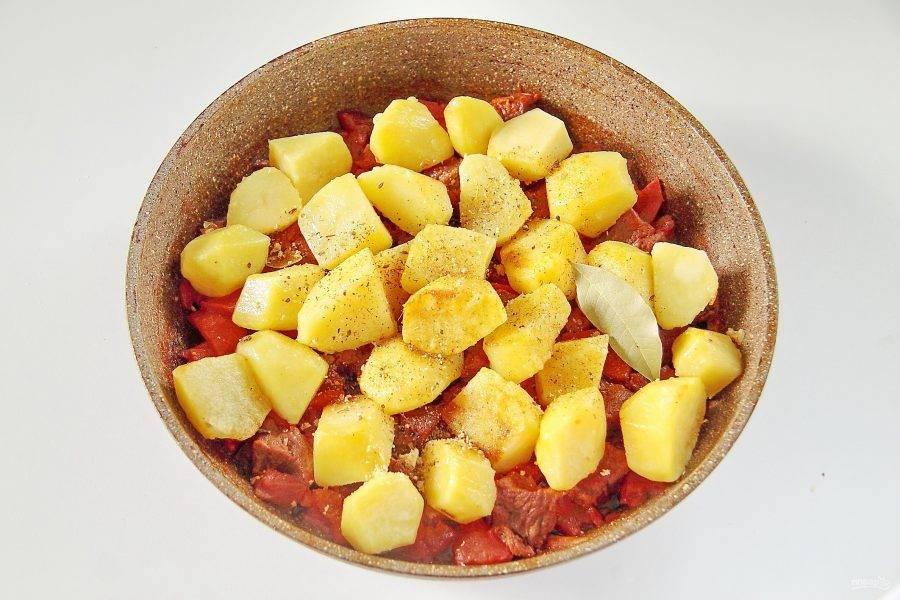 5. В самом конце добавьте крупно нарезанный картофель. Предварительно картофель обжариваем на другой сковороде до полуготовности. Картофель приобретет золотистый цвет и на вкус станет намного вкуснее и нежнее. Так же добавьте к мясу с овощами лавровый лист, соль и специи по вкусу.