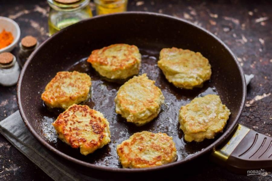 В сковороде прогрейте масло, выложите столовой ложкой фарш и жарьте котлеты с обеих сторон по 4-5 минут на небольшом огне.