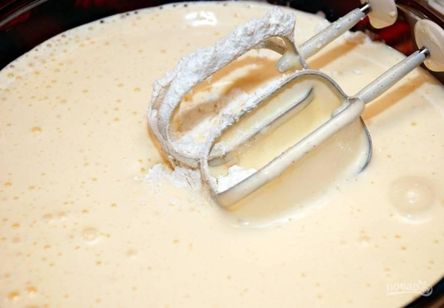 Муку просейте в миску с яйцами и начинайте вымешивать тесто. Можно делать это миксером. Добавьте туда ванилин.