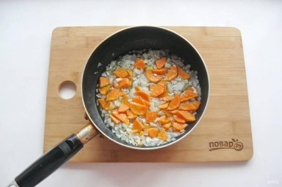 Налейте подсолнечное рафинированное масло и обжарьте лук с морковью.