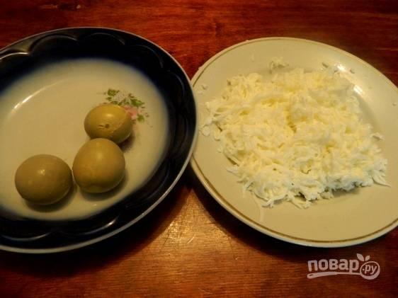 Яйца предварительно необходимо отварить и остудить. Затем отделяем желтки от белков. Белки трем на мелкой терке.