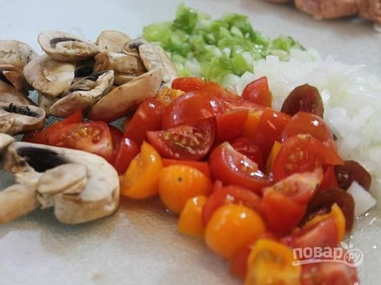 Помоем, очистим и нарежем грибы и овощи.