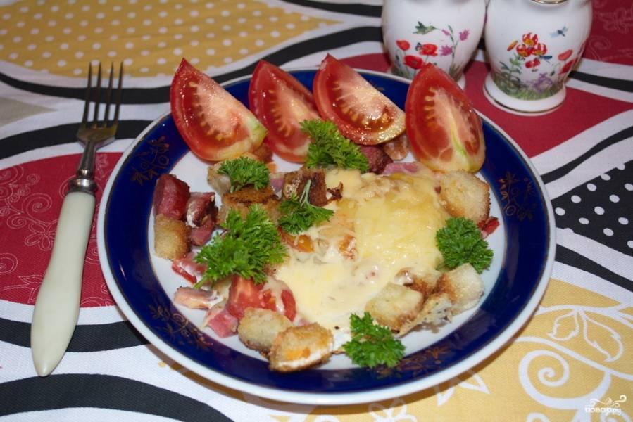 Яичница с колбасой и хлебом