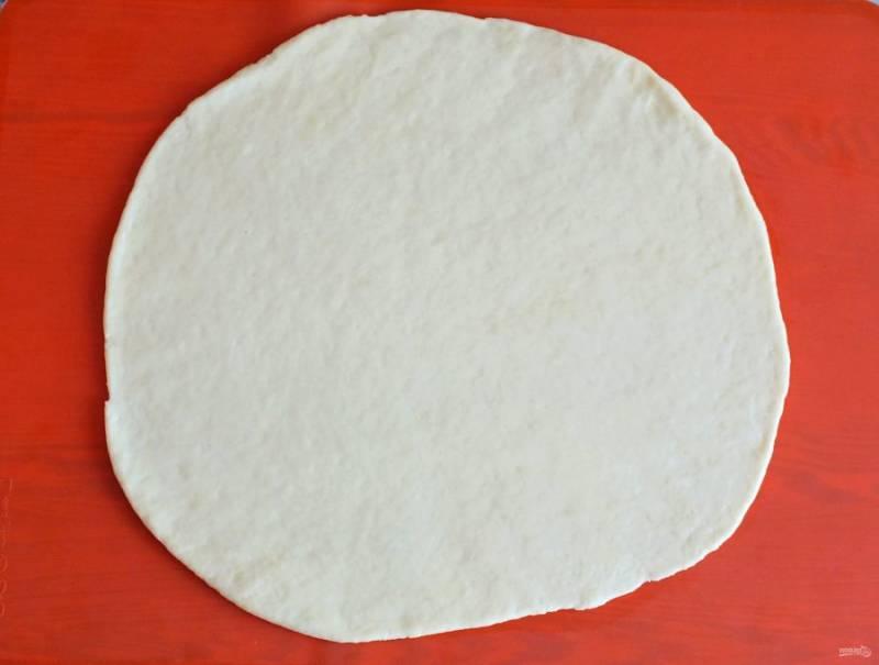 Каждую часть раскатайте в пласт толщиной 0,3 см.
