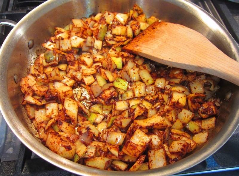 В сковороду наливаем немного оливкового масла, ставим ее на огонь, в разогретое масло всыпаем корицу, тмин и паприку, прогреваем масло до появления аромата. Выкладываем на сковороду нарезанный кубиками репчатый лук, жарим его в смеси специй минут 8-10, пока он не станет мягким.