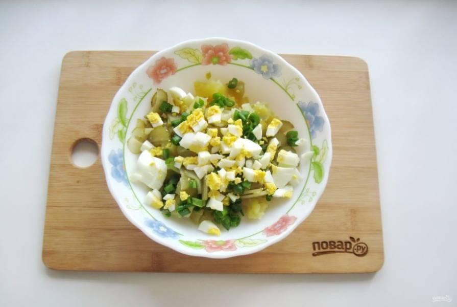 Яйца сварите вкрутую, охладите, очистите и мелко нарежьте. Добавьте в салат.