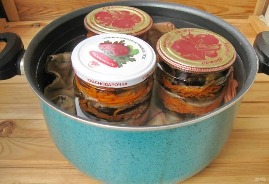 Баночки с овощами залейте маринадом. Накройте стерилизованными крышками и поставьте в кастрюлю с салфеткой на дне. Налейте в кастрюлю воду так, чтобы она доходила до плечиков банок. Стерилизуйте салат 15-20 минут. После банки закатайте крышками, переверните вверх дном и укутайте до полного остывания.