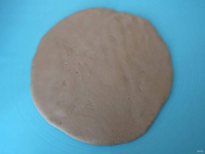 Подготовьте форму. Смажьте маслом если необходимо или застелите бумагой, также можно взять одноразовую, алюминиевую. Диаметр допустим от 24 до 26 см. Тесто раскатаете в пласт, диаметр его должен быть больше формы.