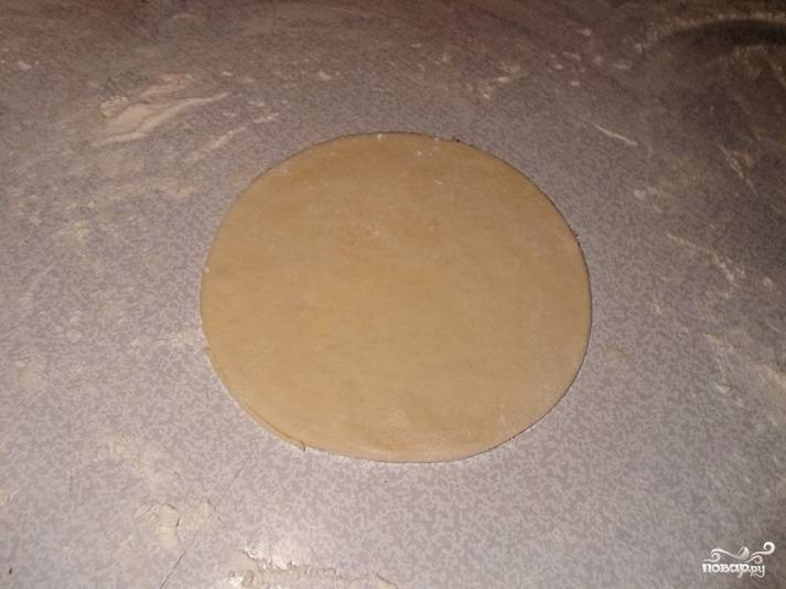 7. Раскатываем скалкой каждую часть, а в середину выкладываем начинку. Наше бездрожжевое тесто для треугольников готово!