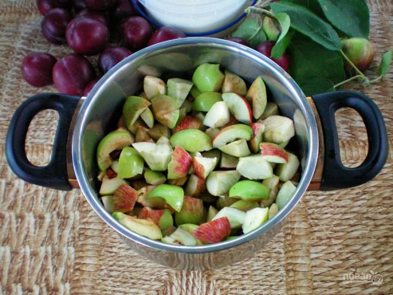 Яблоки нарезаем кусочками и высыпаем в кастрюлю с толстым дном.