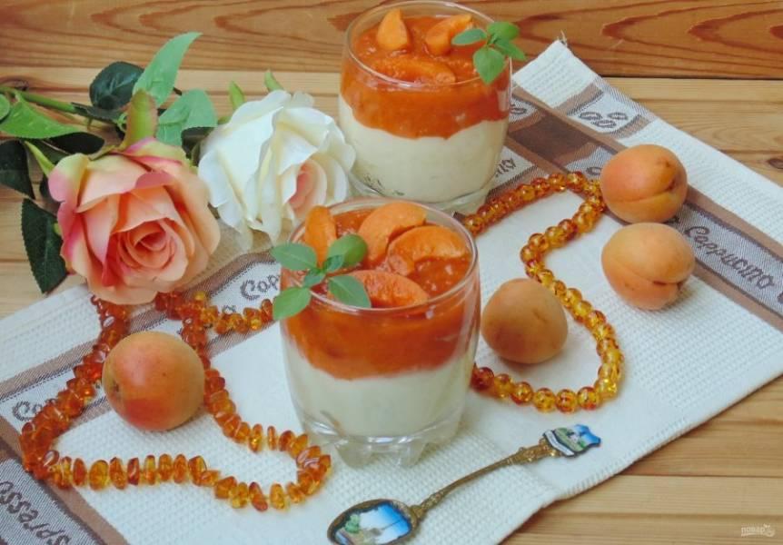 В фужеры или стаканы выложите охлажденный пудинг. На пудинг - абрикосовое пюре. Можно подавать к столу. Приятного аппетита!