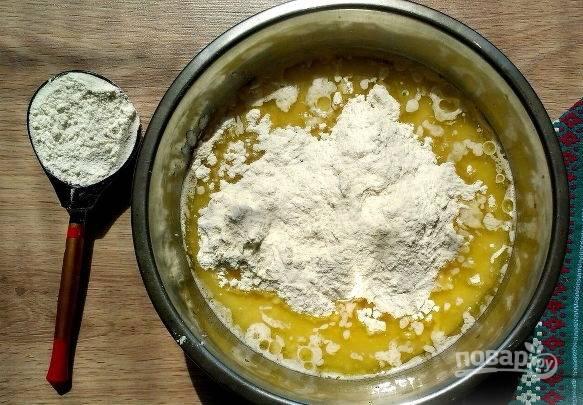 3. Всыпьте соль и просеянную муку, добавьте растительное масло. Замесите однородное тесто, скатайте его в шар. Накройте чистым полотенцем и оставьте в тепле на 1-1.5 часа.