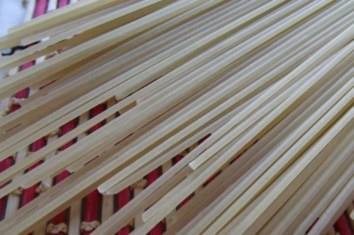 Первым делом поставьте вариться спагетти в кипящей, подсоленной воде. Варить 7-9 минут.