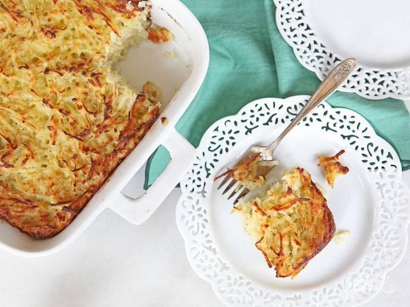 7. Запекайте кугель в духовке в течение 65 минут. Дайте блюду остыть 10 минут и подавайте. Приятного аппетита!