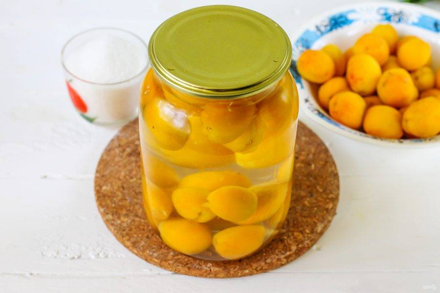 Вскипятите воду в чайнике или в кастрюле, аккуратно в несколько заходов залейте кипяток в банку. Накройте крышкой и оставьте пропариваться мелкие плоды - 10-15 минут, крупные - 20 минут.
