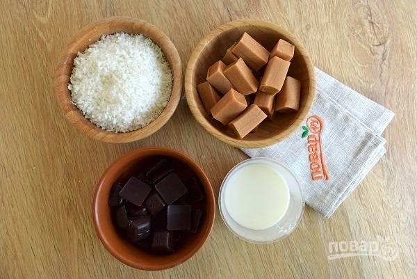 Для начинки  нам понадобятся: шоколад, ириски, молоко, соль и кокосовая стружка.