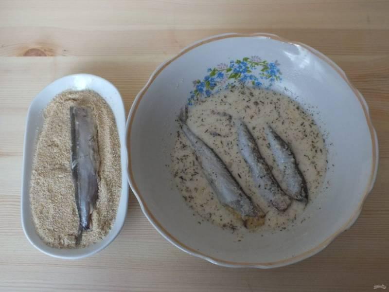 Выберите вариант панировки, это могут быть сухари, кокосовая стружка, кукурузная мука и т.д. В моем случае - панировочные сухари. Опустите каждую рыбку сначала в кляр, после в панировочную смесь.